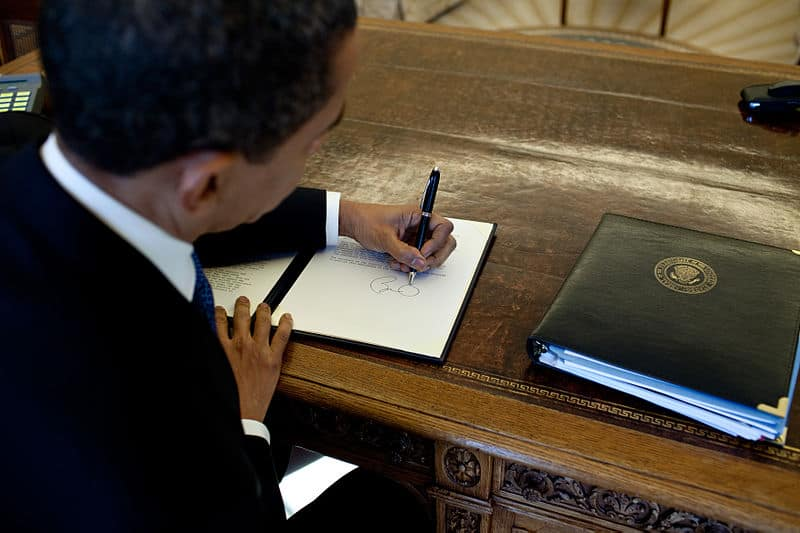 800px-Barack_Obama_signs_at_his_desk