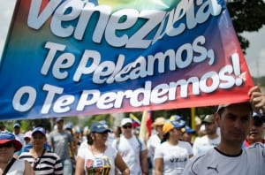 Credit Flickr, Riccardo Vásquez. Opposition activists to Maduro´s leadership hold signs saying they will fight for, or lose, their country.