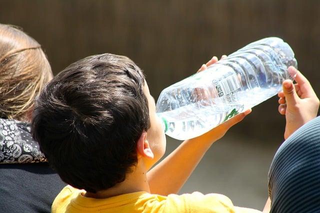 boy-drinking-from-bottle-738210_640