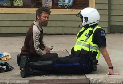 Not An Ordinary Officer: This Police Man Sits And Talks With Street People