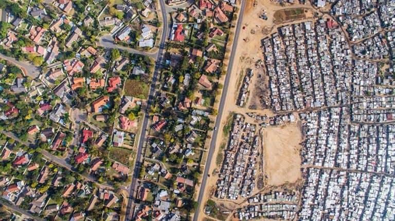 Šokující fotografie z ptačí perspektivy naprosto přesně vystihují rozdíly mezi chudými a bohatými
