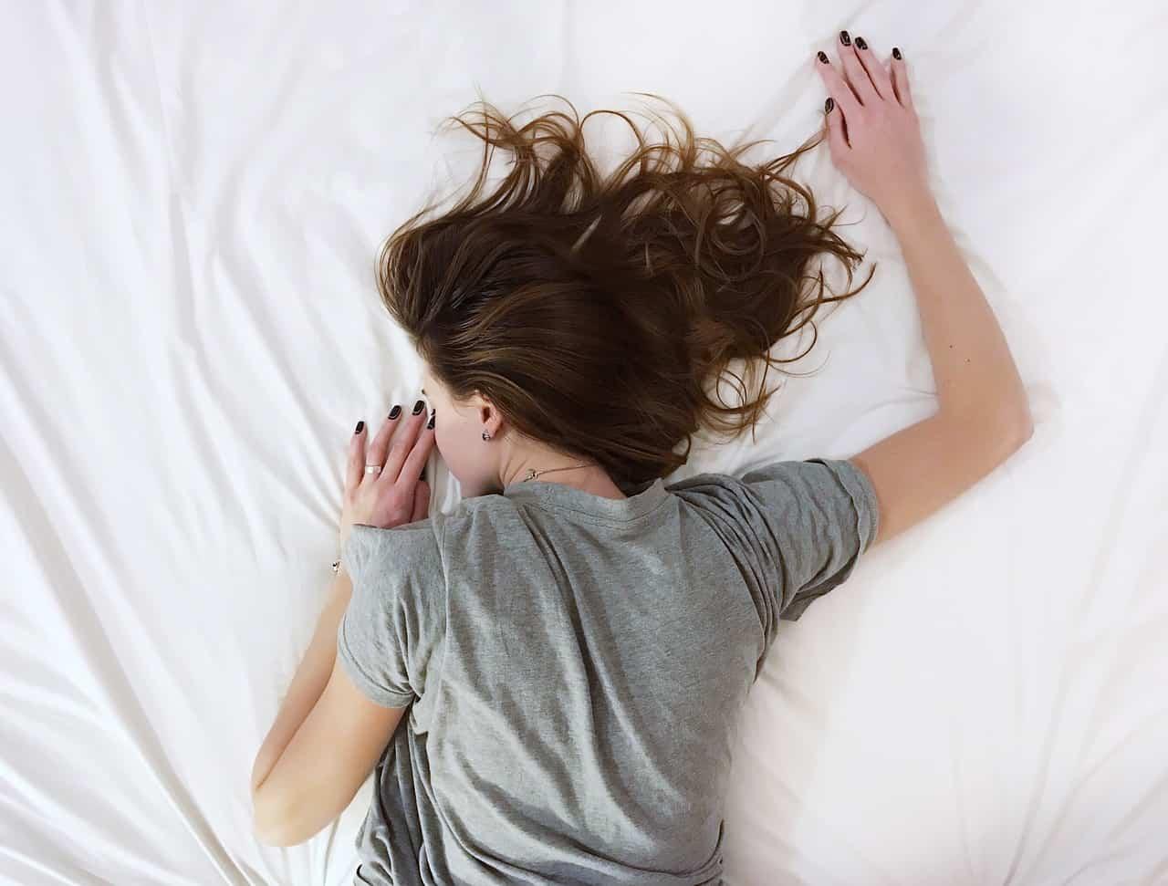https://pixabay.com/en/white-sheet-bed-room-people-girl-2565766/