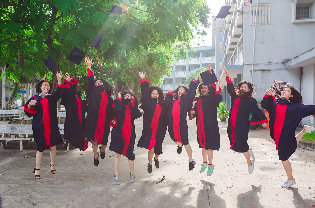 https://pixabay.com/es/amigo-estudiante-graduado-joven-2727307/